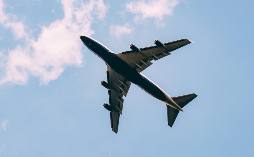 למה מטוסים לא טסים מהריותר?