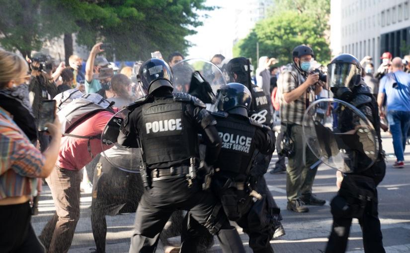 """למה יש מהומות בארה""""ב? בעיות ברגולציה על אלימותמשטרתית"""